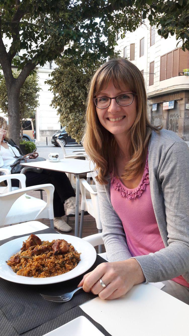 Anne probiert Paella