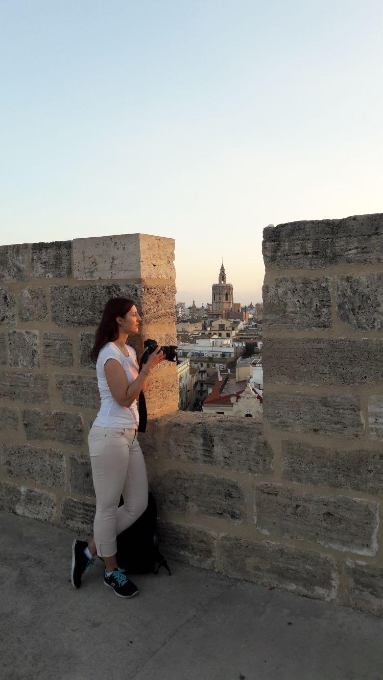 Anja sucht nach schönen Fotomotiven vom Torres de Serranos aus