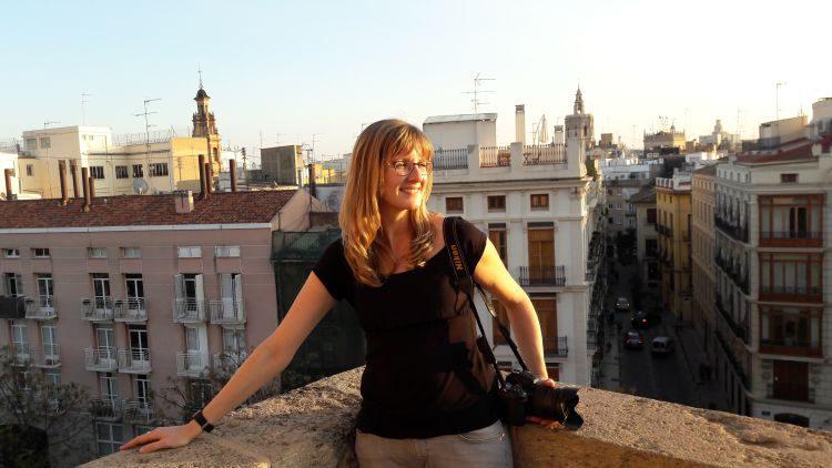 Anne genießt den Ausblick über El Carmen vom Torres de Serranos