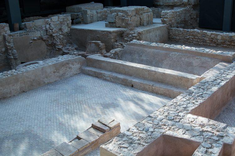 Wasserspiegelungen auf den Ausgrabungsstätten