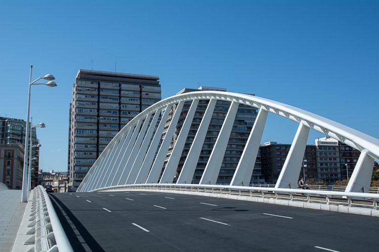 die Brücke La Exposición oder der Steckkamm (peineta)