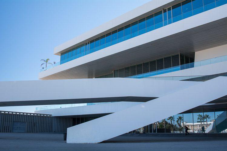 Das Gebäude Veles I Vents am Hafen in Las Arenas