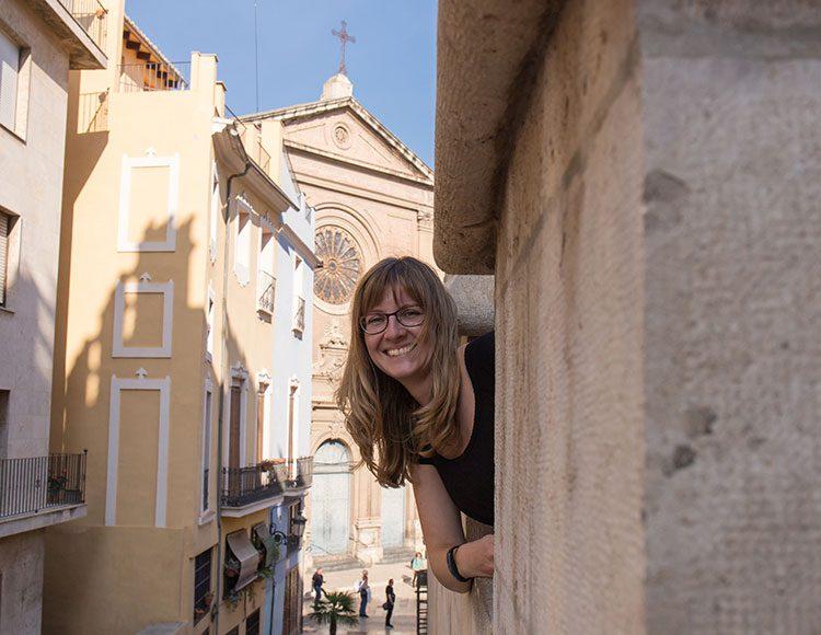 GoOnTravel.de: Anne vor der Kirche La Compañia