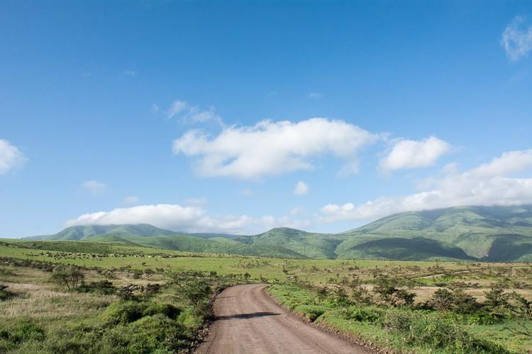 Weg durchs Ngornogoro Schutzgebiet in Richtung Serengeti