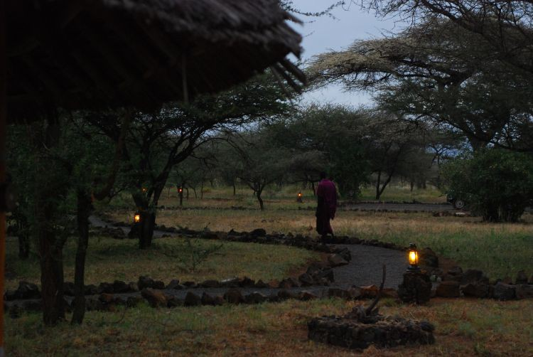 nach Einbruch der Dunkelheit geht es nur in Begleitung vor´s Zelt