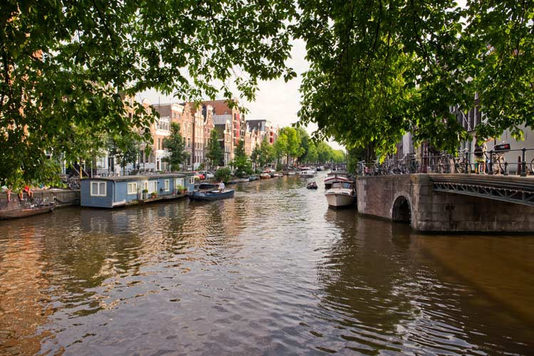 GoOnTravel.de: Eine Gracht in Amsterdam