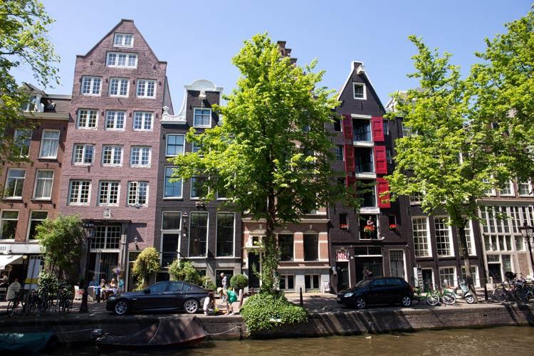 GoOnTravel.de: Eine Gracht in Amsterdam mit den ursprünglichen Häusern