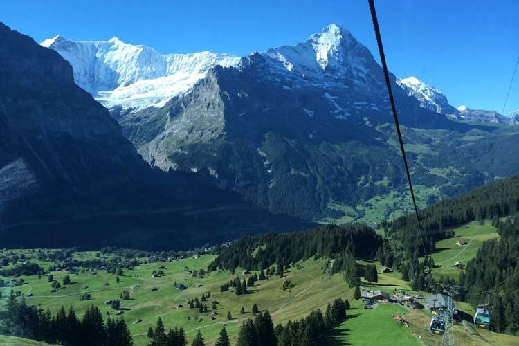 GoOnTravel.de: Blick von der Gondel aus auf den Gletscher