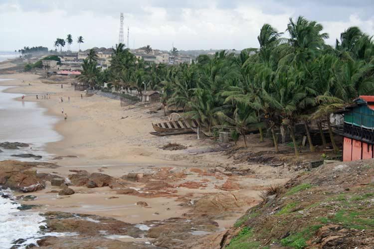 Blick auf den Strand von Cape Coast Castle in Ghana