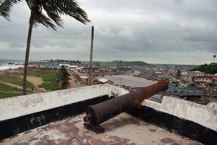 Blick auf Elmina von Elmina Castle in Ghana