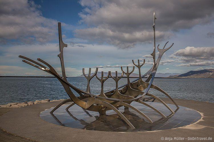 "© Anja Müller – GoOnTravel.de: Die Skulptur ""Sonnenfahrt"" in Reykjavik"