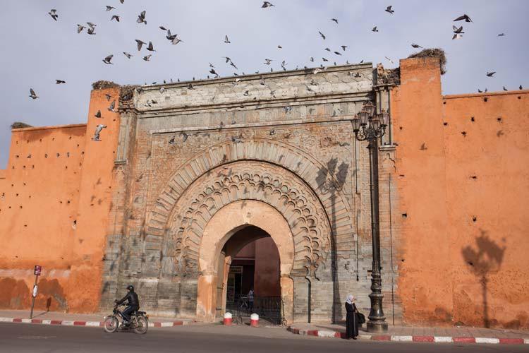 Stadtmauer von Marrakesch mit Bab Agnaou
