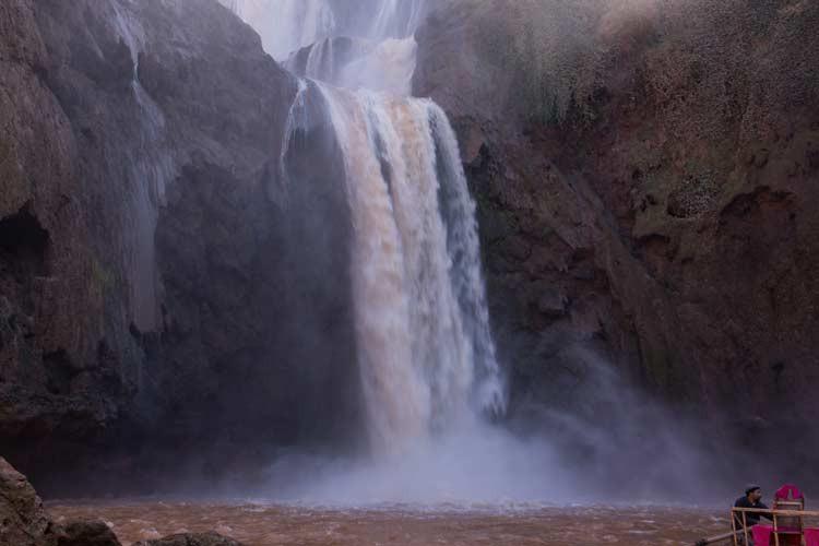 Blick auf die Ouzoud-Wasserfälle vom Boot