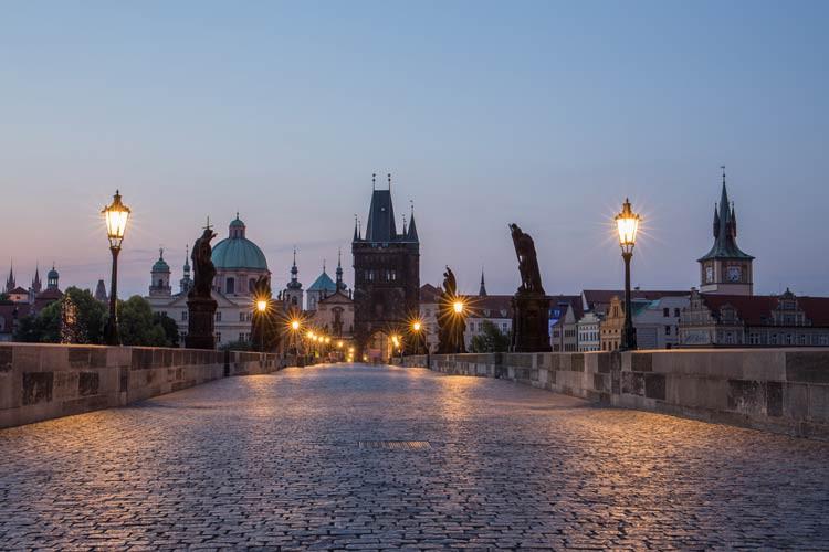 GoOnTravel.de: Menschen leer ist die Karlsbrücke im Sommer nur in den früher Morgenstunden