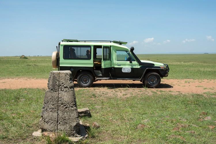 D.M. Tours Geländewagen am Grenzstein Kenia/Tansania