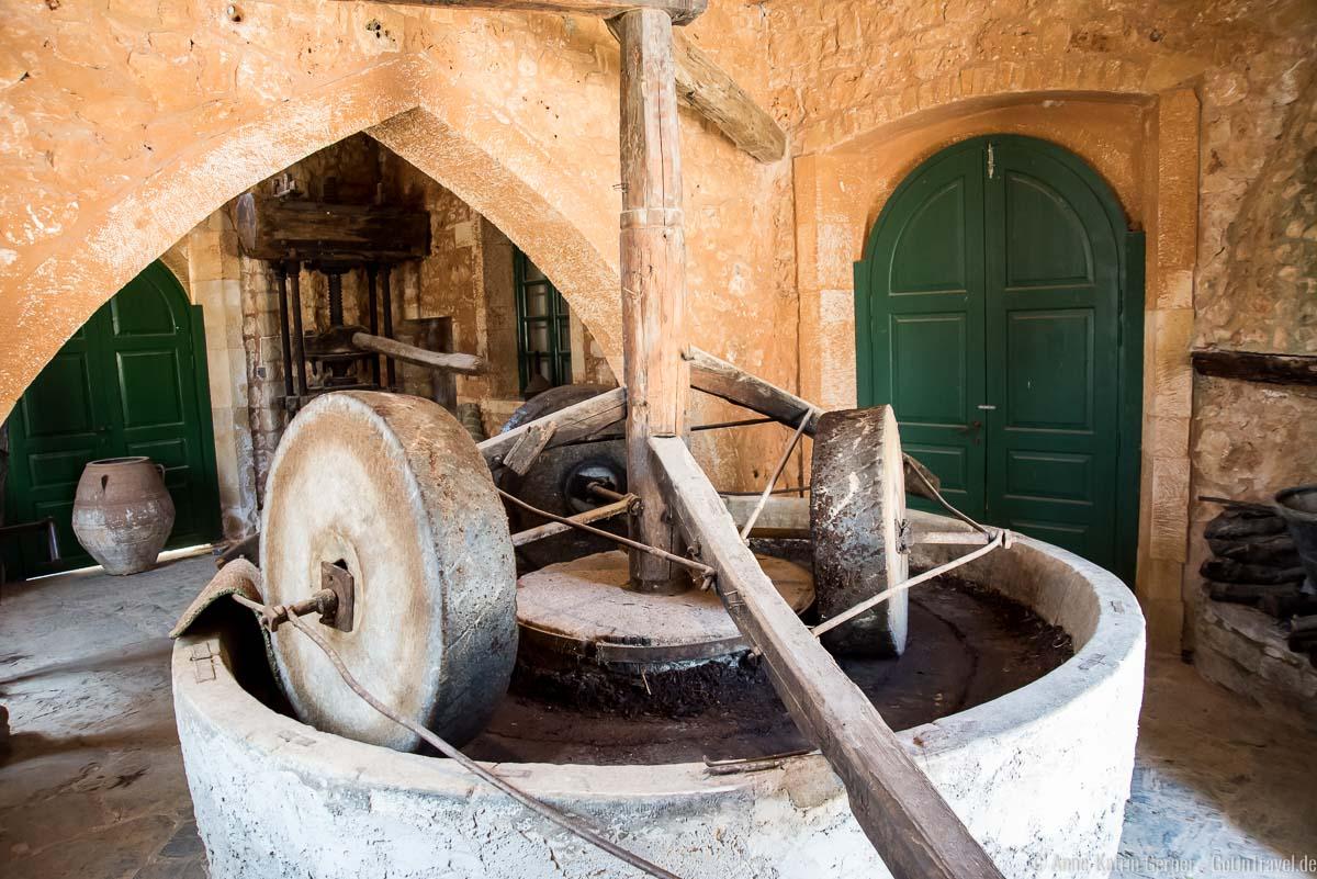 Olivenpresse mit Mühlsteinen