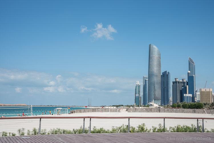 Strand und Skyline Abu Dhabi