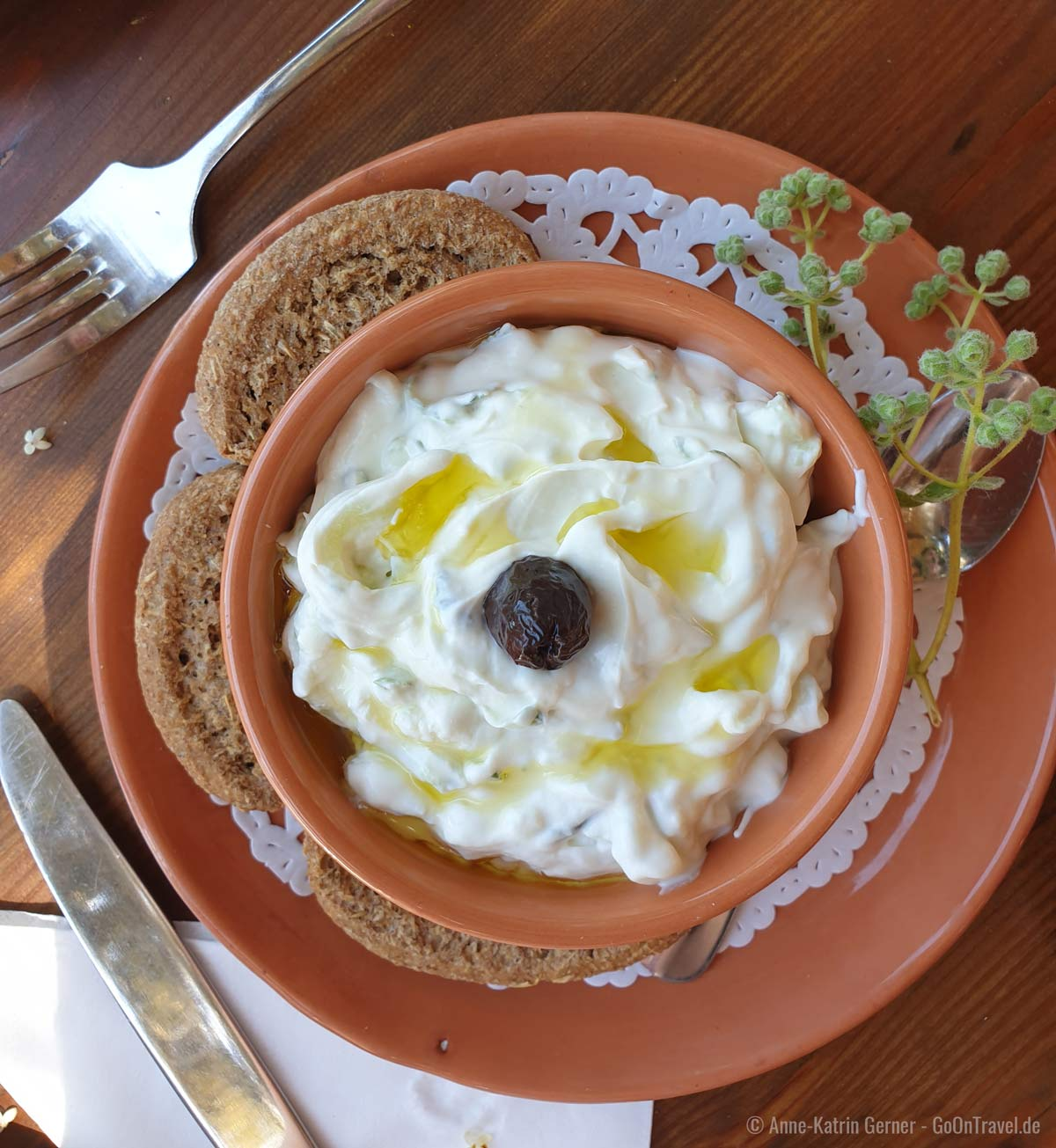 Tsatsiki mit Olivenöl und Dakos