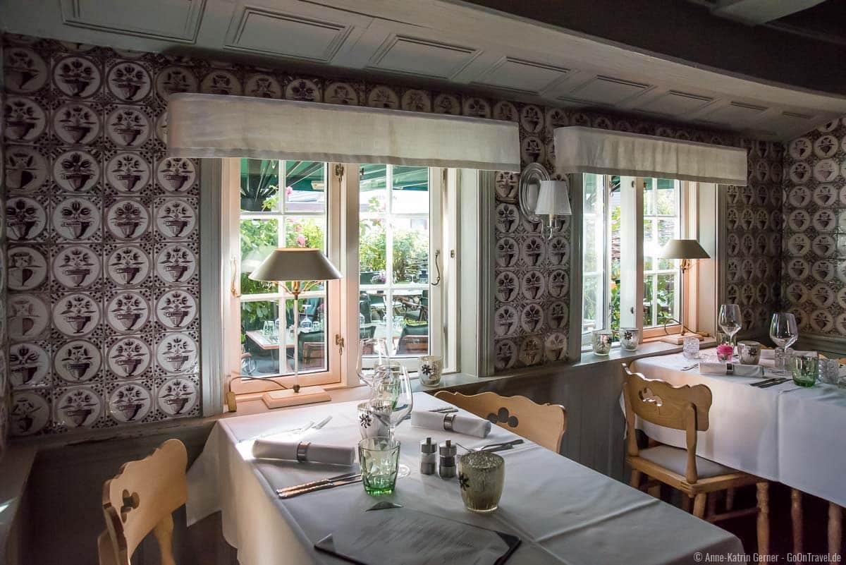 liebevoll gestalteter Gastraum in der Alten Friesenstube