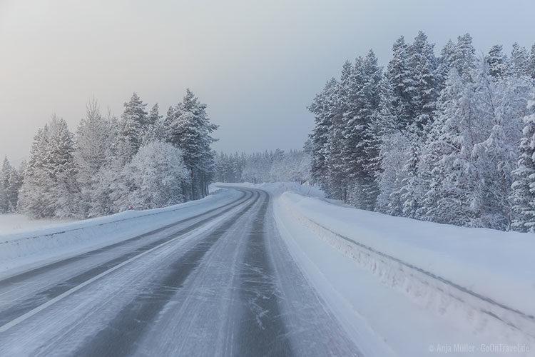 Auf dem Weg nach Arjeplog taucht man bereits in eine Winterlandschaft ein.