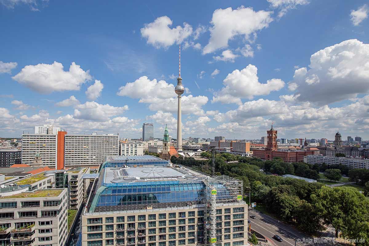 Blick auf den Fernsehturm und das Rote Rathaus