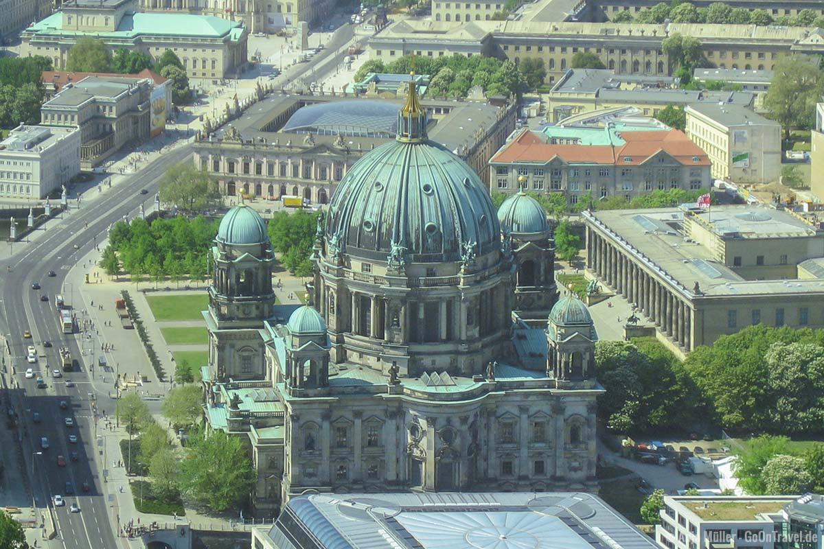 Blick auf den Berliner Dom vom Fernsehturm