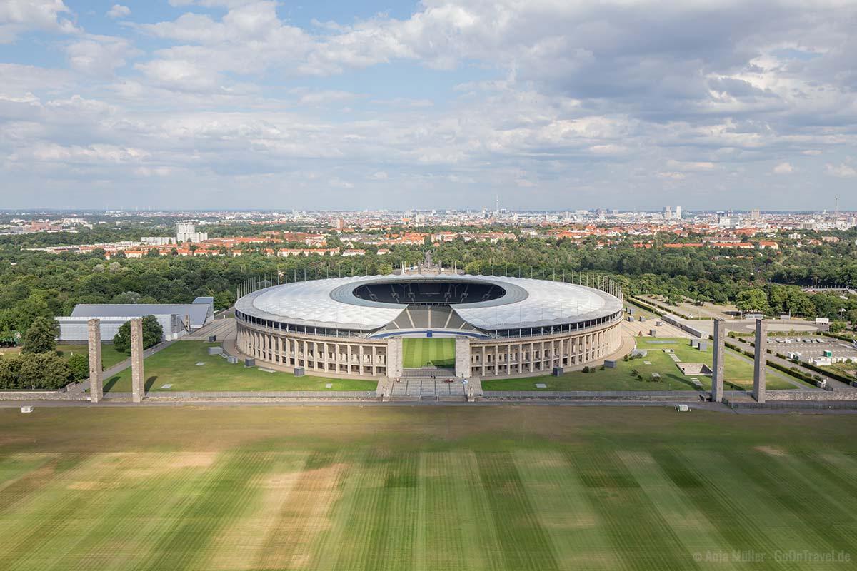 Blick auf das Olympiastadion und die dahinterliegende Berliner Innenstadt