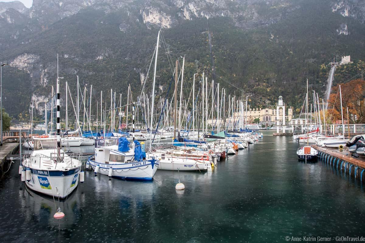 Gardasee bei Regen: Idylle im Hafen