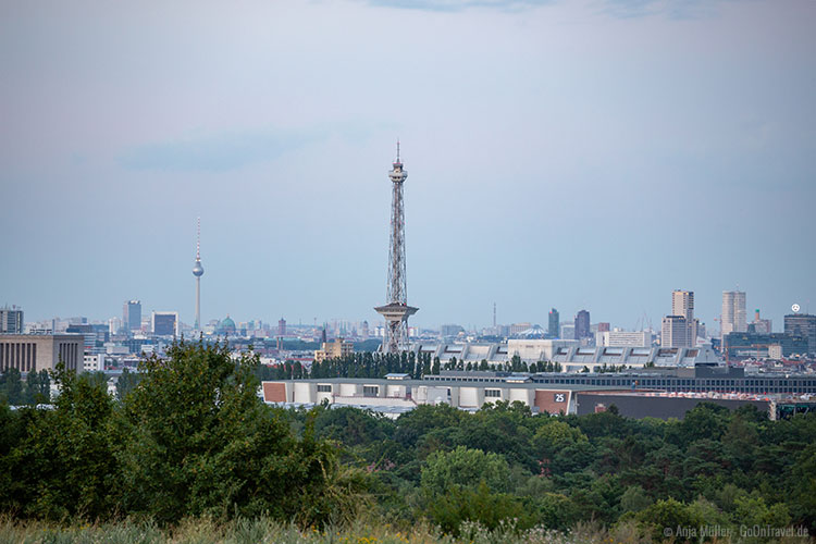 Blick vom Drachenberg auf den Berliner Fernsehturm und Funkturm