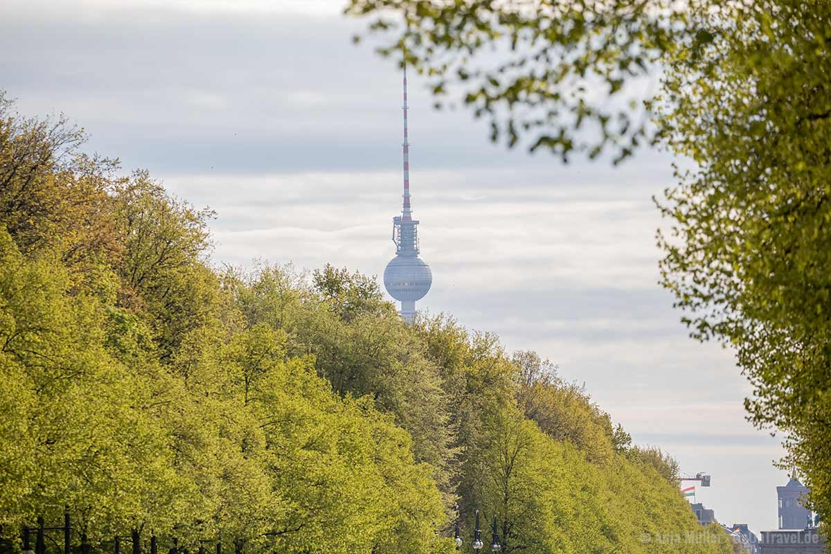 Den Fernsehturm Berlin kannst du aus vielen Ecken in Berlin sehen.