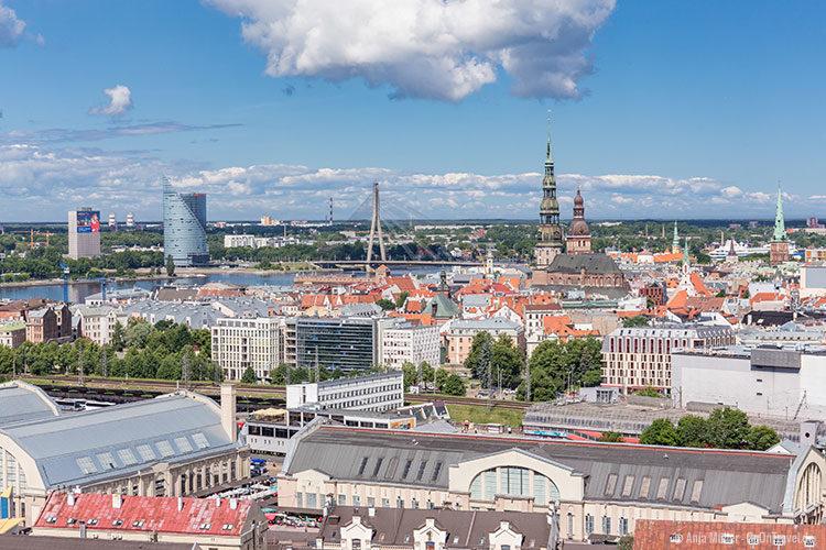 Blick auf die St. Petrikirche, die Domkirche, die Vanšu-Brücke und der Sonnenstein