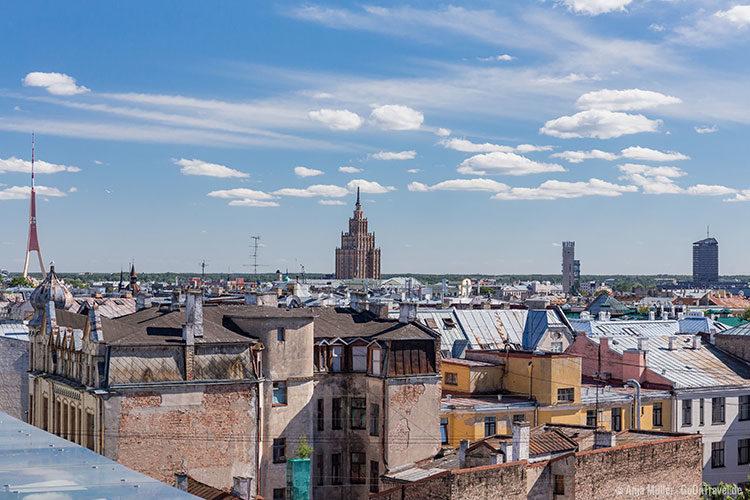 Blick von der Dachterrasse des Einkaufszentrums Galleria Riga auf die Lettische Akademie der Wissenschaften und dem Fernsehturm