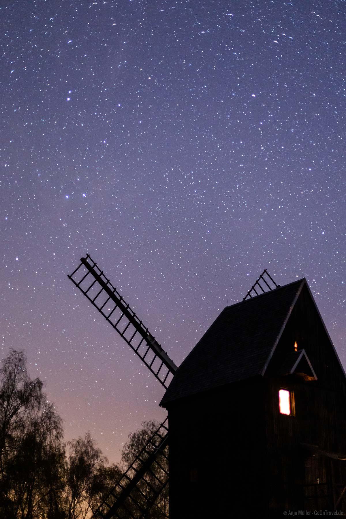 Bockwindmühle Prietzen in der Nacht