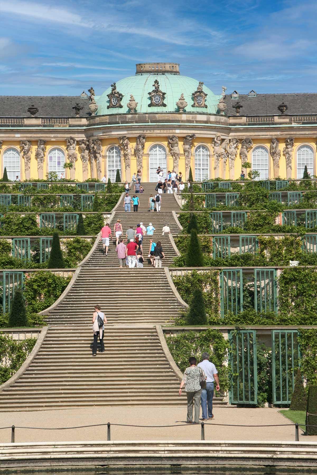 Schloss Sanssouci mit den Weinbergterrassen