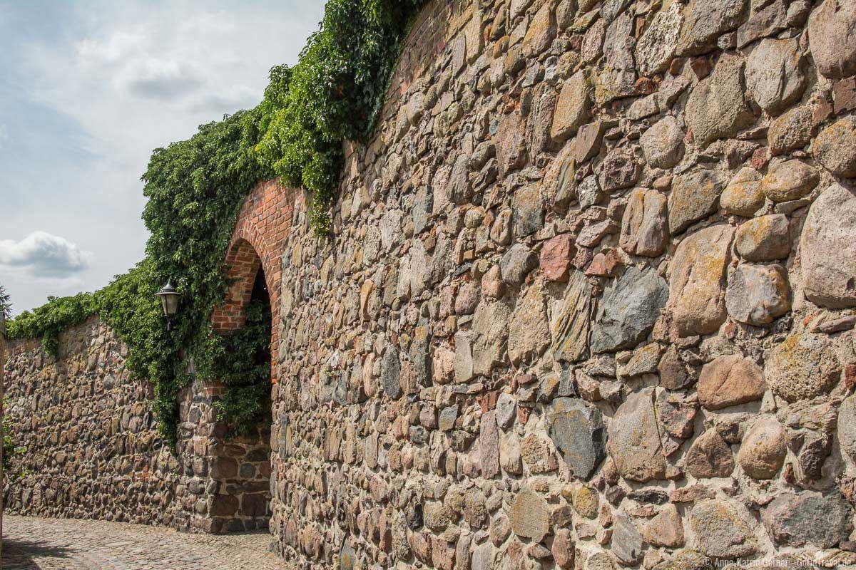 Der Großteil der Stadtmauer Templin besteht aus Feldsteinen