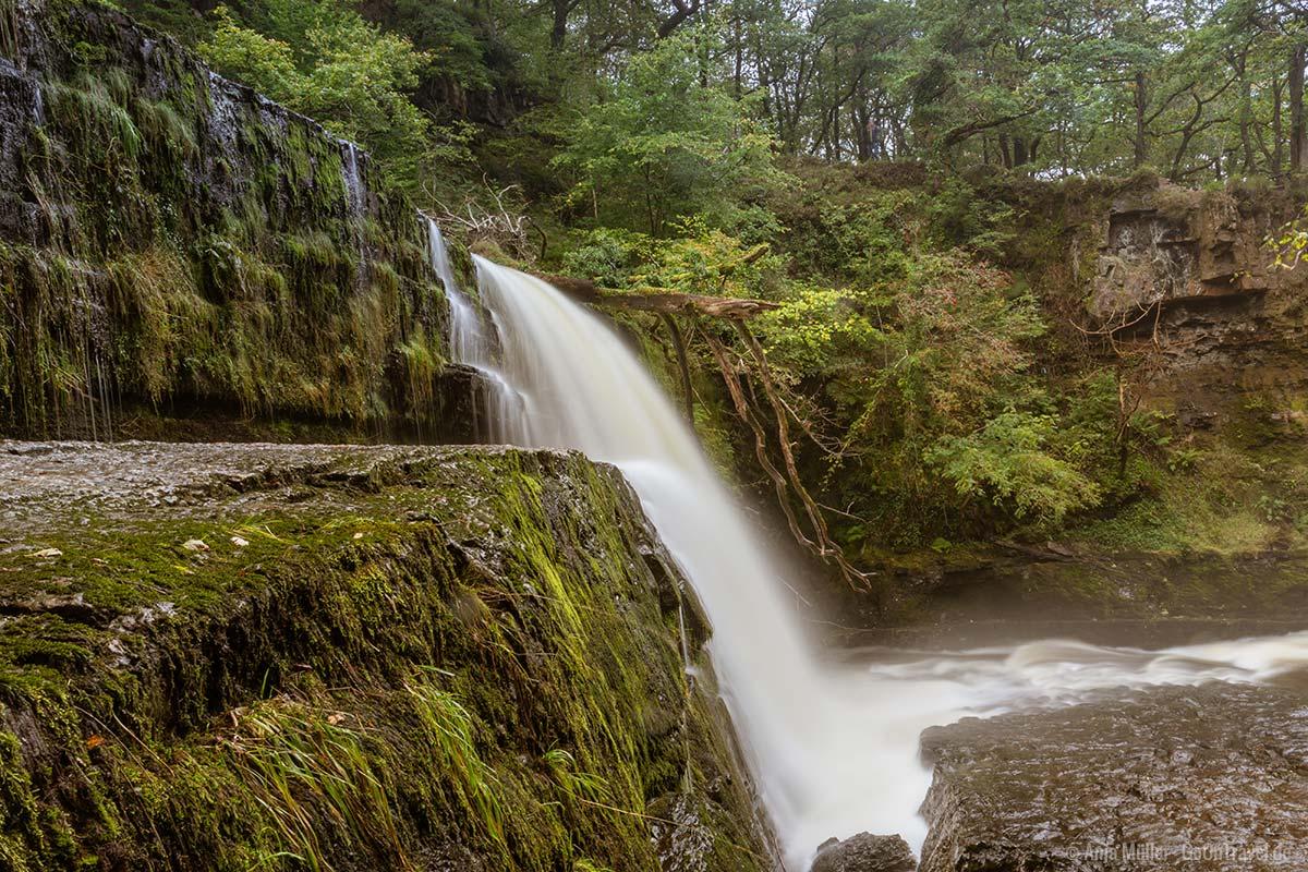 Der Sgwd Clun-Gwyn Wasserfall im Brecon Beacons Nationalpark