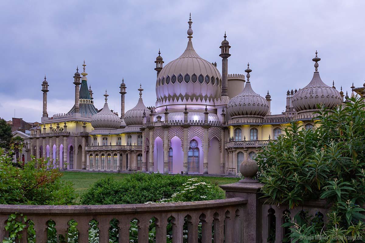 Der Brighton Royal Pavillon wird am Abend in verschiedenen Farben angestrahlt.
