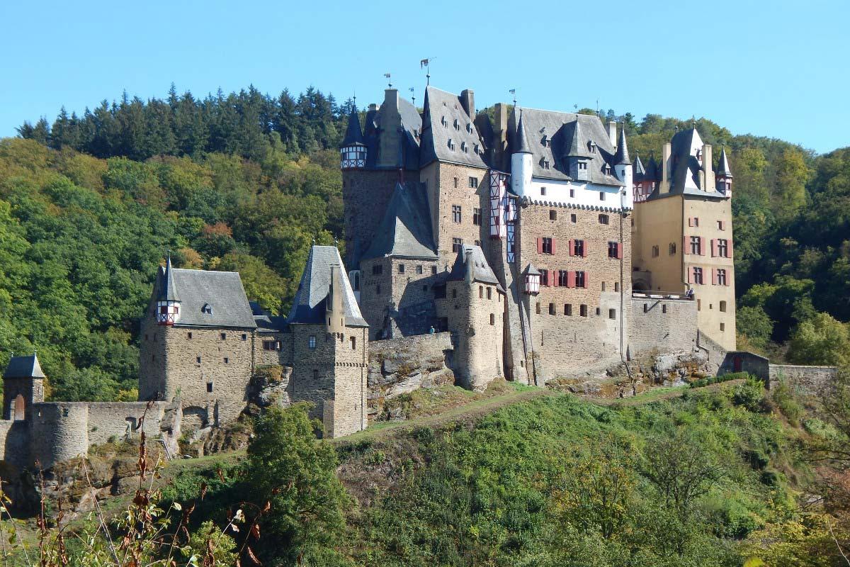 Die Burg Eltz ist eine der schönsten Sehenswürdigkeiten in Deutschland und sieht aus wie ein Märchenschloss