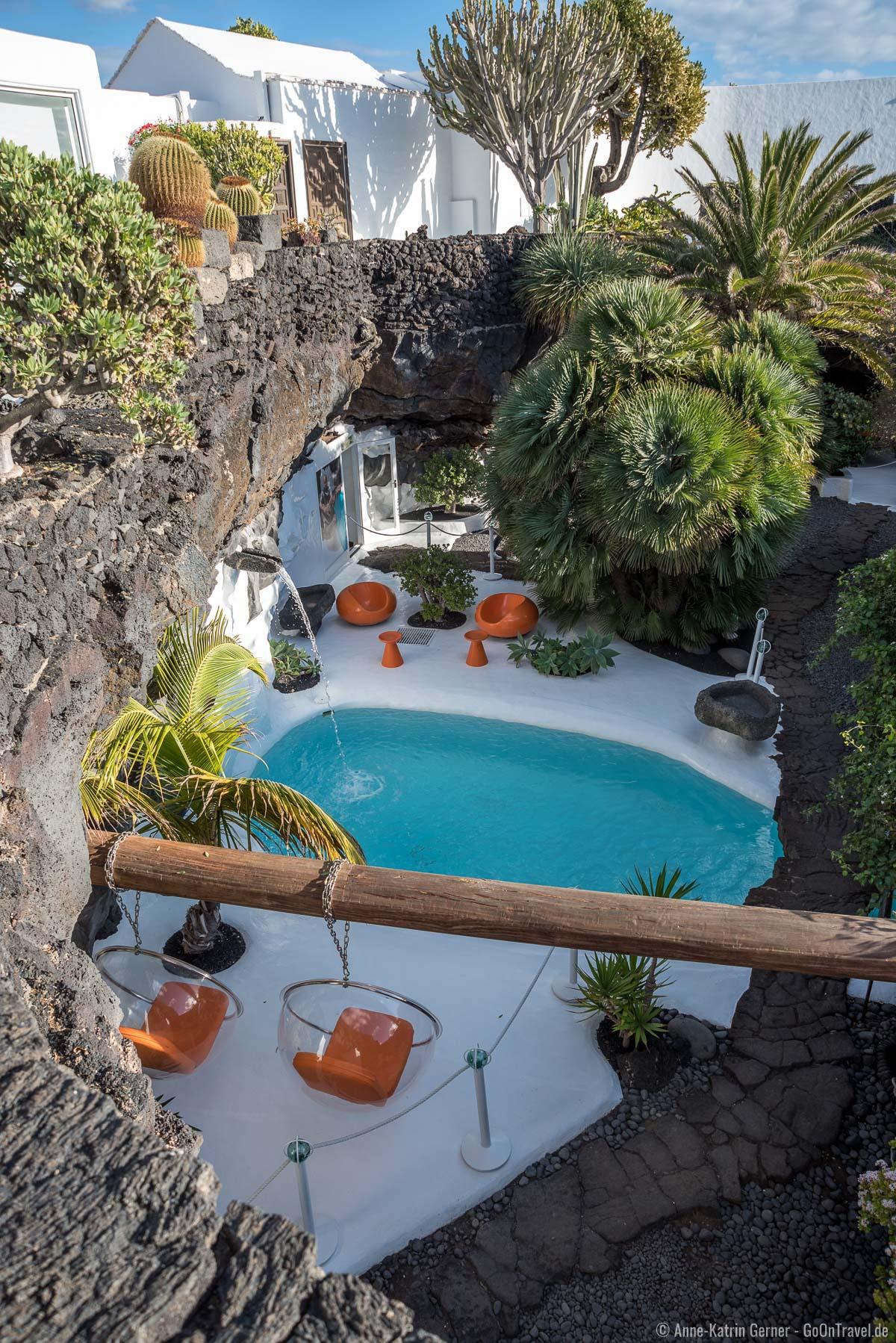 Pool inmitten des Vulkanhauses