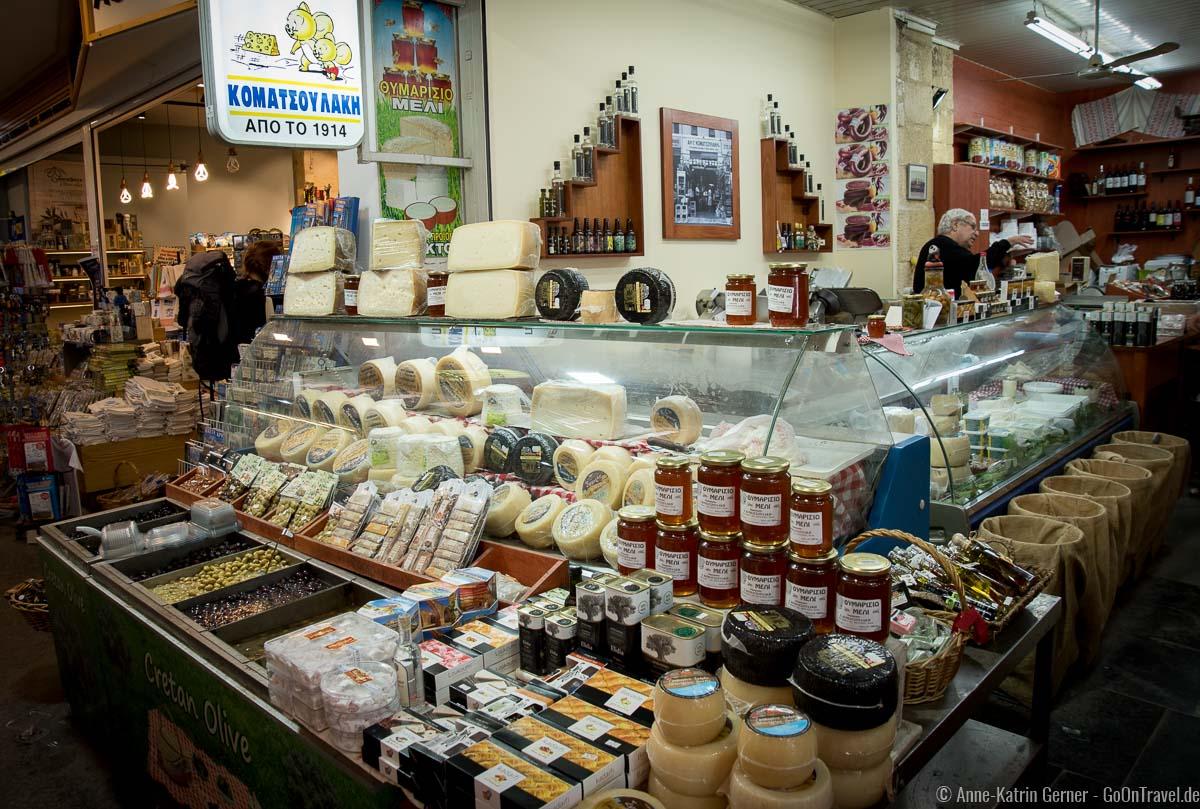 Käsetheke mit Schaf- und Ziegenkäsespezialitäten