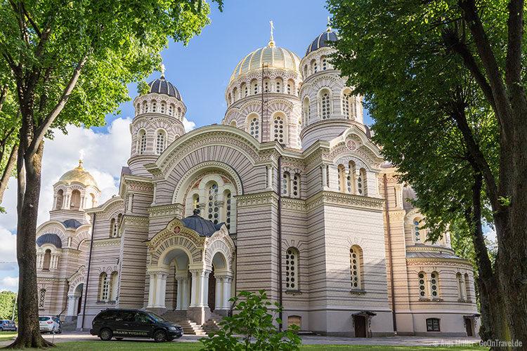 Die Rigaer Christi-Geburt-Kathedrale mit den goldenen Kuppeln