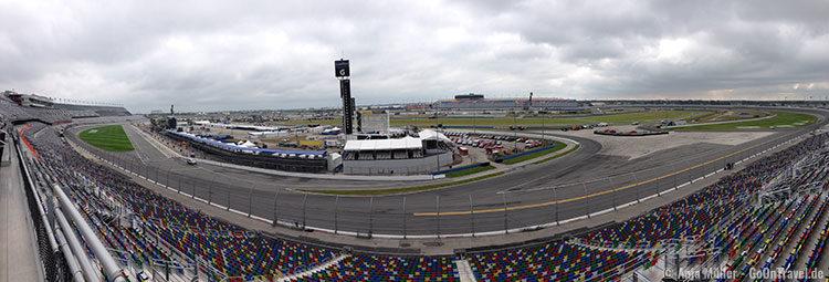 Der Daytona International Speedway von den Zuschauerrängen aus.