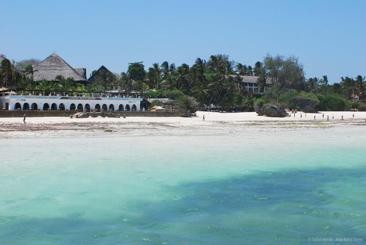 Am weißen Sandstrand von Diani Beach säumen sich viele beliebte Resorts und Hotels