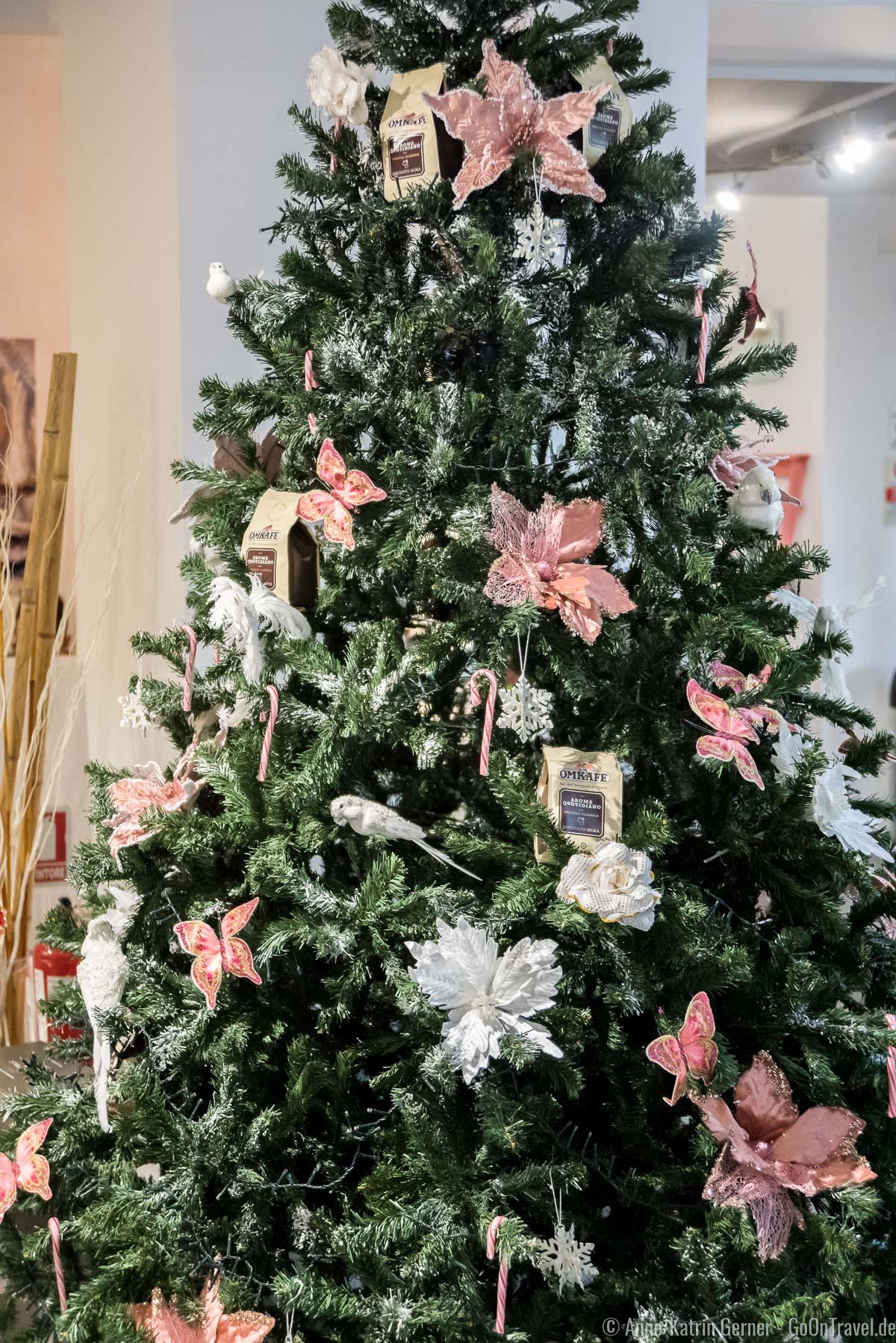Weihnachtsbaum mit Blumen, Papageien und Kaffeetüten