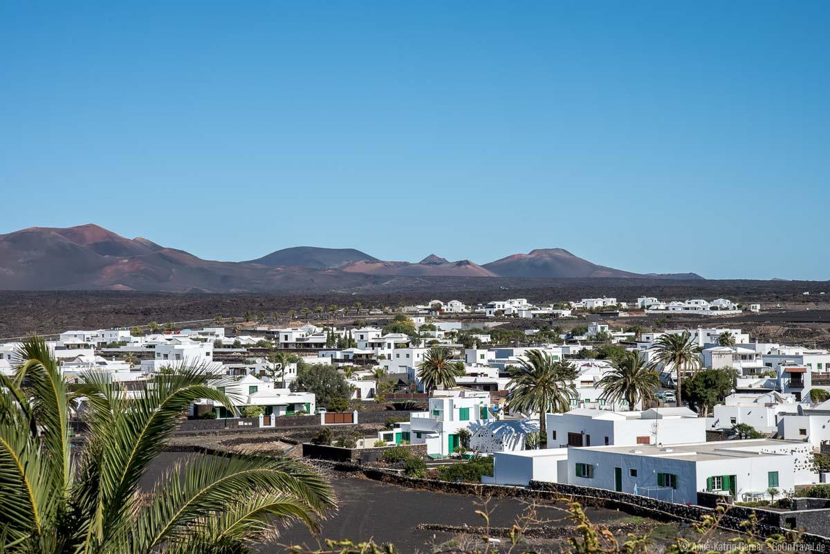 Blick über Yaiza vom Aussichtspunkt an der Calle Vista de Yaiza.