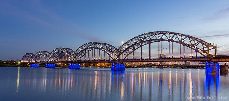 Die Eisenbahnbrücke in der Blauen Stunde