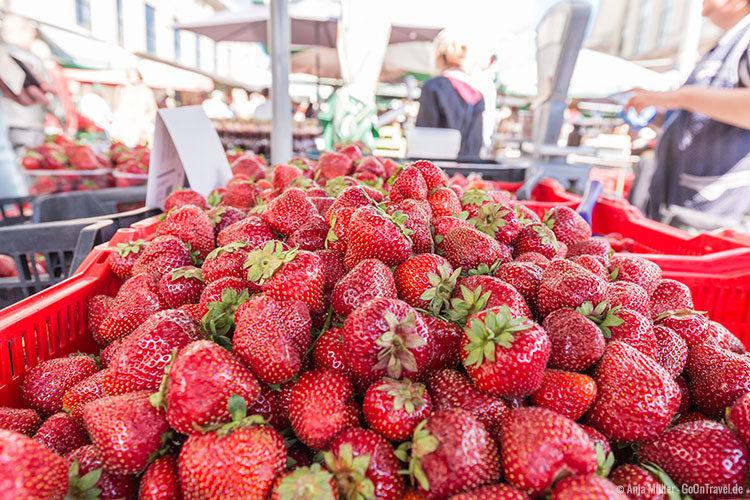 Leckere süße Erdbeeren auf dem Zentralmarkt von Riga