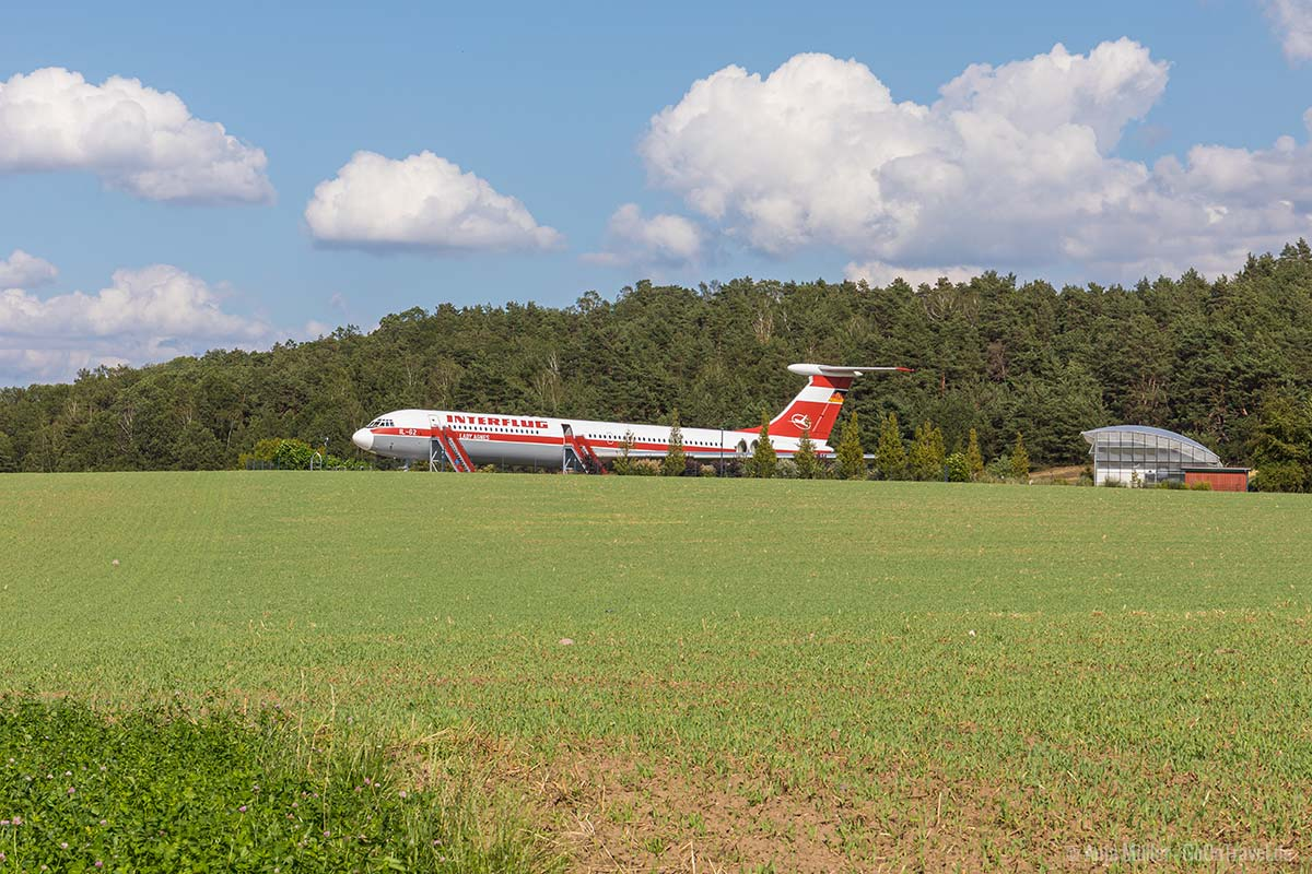 Ein Flugzeug mitten auf dem Feld