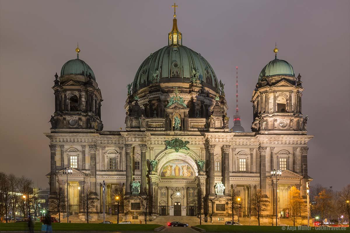 Berliner Dom mit Nebel Nachthimmel