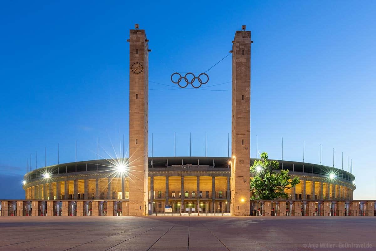 Berliner Olympiastadion in Berlin bei Nacht